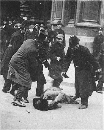 Súffragettan Ada Wright liggur í götunni eftir mótmælafund á Svarta föstudeginum 1910. Það var fyrsti fundurinn þar sem súffragetturnar voru barðar af lögreglu (og öðrum körlum sem voru þar).