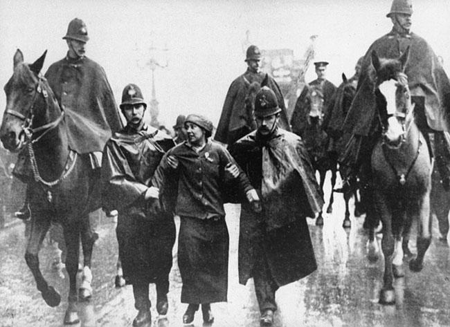 Öruggara hefur þótt að hafa góðan hóp af lögreglumönnum þegar Sylvia Pankhurst var handtekin árið 1912.
