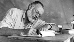 Hemingway við skriftir.