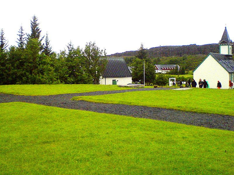 Þjóðargrafreiturinn á Þingvöllum. Legsteinar Jónasar og Einars eru næst kirkjunni.