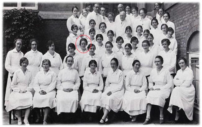 Helga Marín Níelsdóttir í hópi annarra ljósmæðranema, ljósmæðra og lækna við hina konunglegu fæðingarstofnun í Kaupmannahöfn árið 1927.