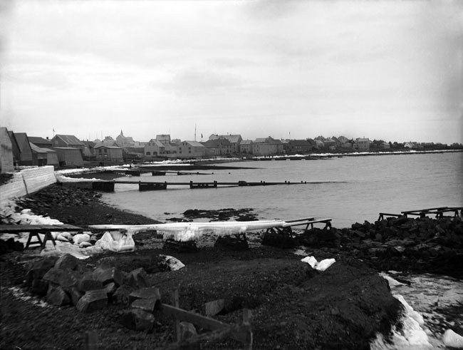 Bólverkið er ísi lagt en myndin er frá 1897-98. Á henni sjást líka gömlu kaupmannsbryggjurnar. Ljósmyndari Sigfús Eymundsson. Ljósmyndasafn Reykjavíkur.