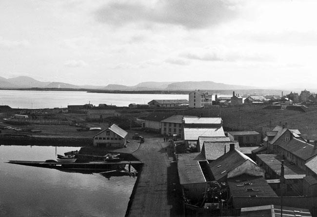 Hafnargarðurinn tilbúinn sem var gerður á árunum 1913-1917. Ljósmyndin er tekin áður en garðurinn var færður árið 1928. Ljósmyndari Magnús Ólafsson. Ljósmyndasafn Reykjavíkur.