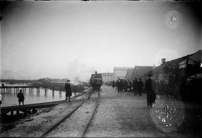1913-1917 Eimreiðin á ferð í Reykjavíkurhöfn. Fólk á gangi. Brautarteinar.