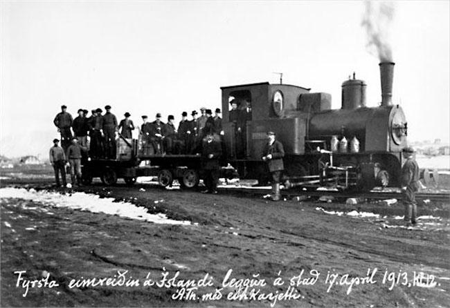 Fyrsta eimreiðin á Íslandi leggur af stað 17. apríl 1913. Birt á vef: http://www.faxafloahafnir.is/en/100-ar-fra-fyrstu-lestarferd-a-islandi/