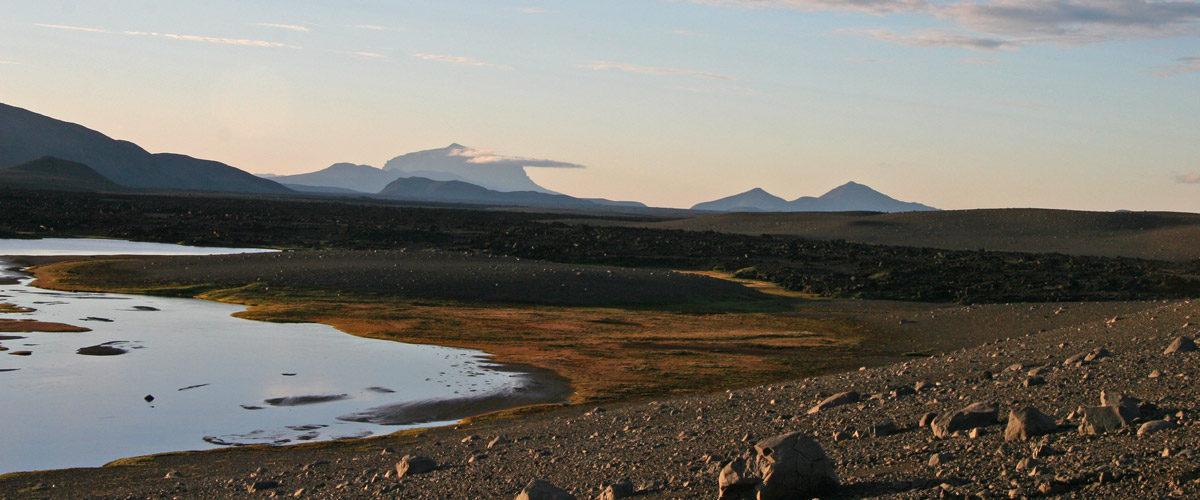 Ljósmynd af ómetanlega fallegu landslagi með fjallið Herðubreið í fjarska