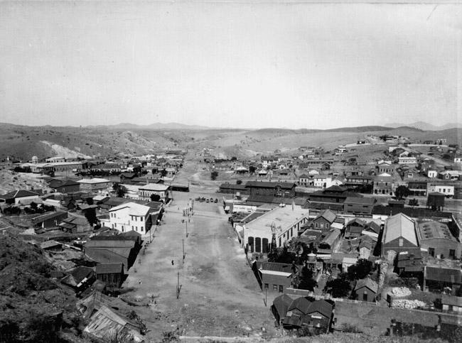 Sameinaðar borgir í lok 19. aldar. Nogales í Sonora, Mexíkó (t.v.) og Nogales í Arizona, Bandaríkjunum. Mynd fengin að láni hér.
