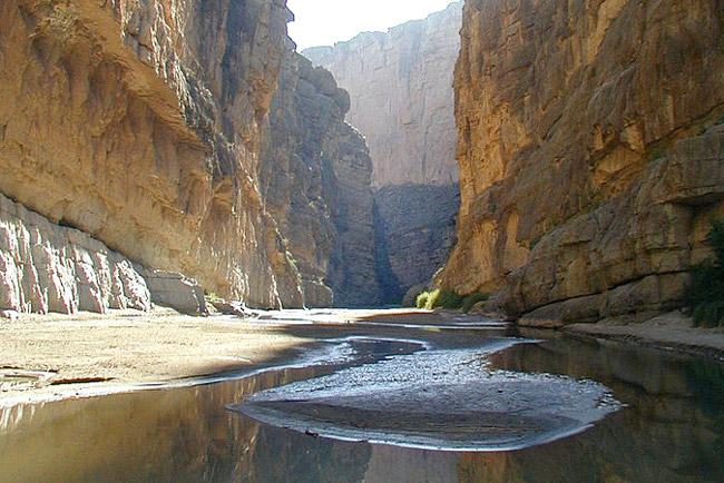 Rio Grande áin og veggir Santa Elena gilsins aðskilja Mexíkó og Bandaríkin.