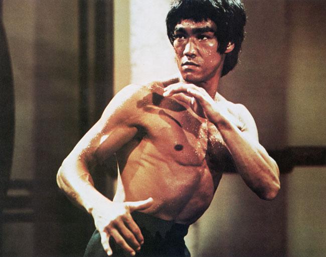 Kínverski kung fu meistarinn og kvikmyndastjarnan Bruce Lee er vopnasölumanni í einni smásögunni í Allt fer hugleikinn.